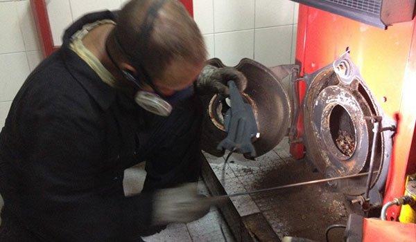 deshollinador-limpiando-y-mantenimiento-caldera-de-gas